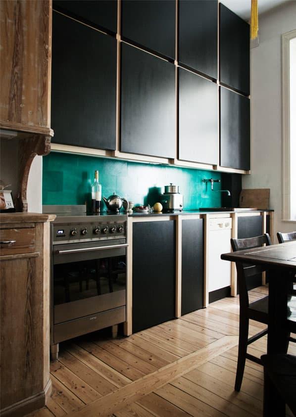 cozinha-escura-com-backsplash-azul