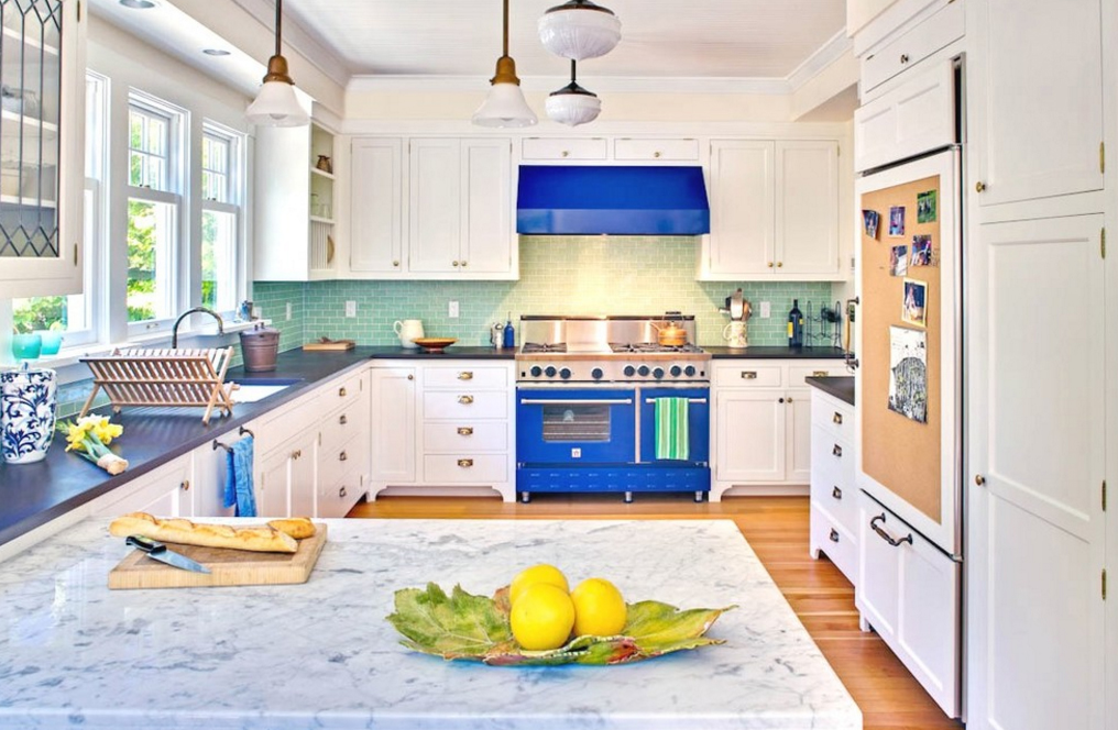 cozinha-branca-com-fogao-azul
