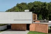 home-nova-casa-em-curitiba-mescla-concreto-arenito-e-venezianas-de-madeira
