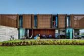 home-nova-casa-no-litoral-gaucho-tem-brise-de-madeira-e-concreto-aparente