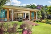 home-nova-estrutura-de-concreto-abriga-cozinha-supercolorida-em-casa-de-campo