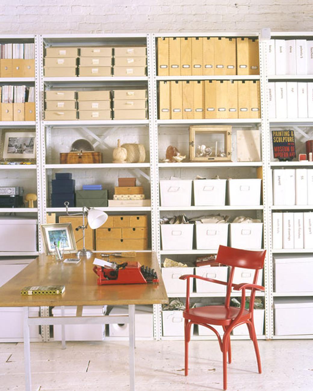 home-office-com-caixas-etiquetadas-Martha Stewart Living