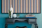 Em frente à parede pintada de um azul marcante (tinta acrílica Mediterrâne...