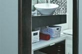 A bancada de granito preto são gabriel e a cuba de apoio com design sinuoso ...