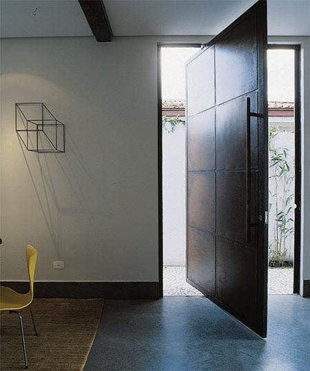 Na entrada, destaque para a porta pivotante de medidas generosas: 1,60 x 2,80...