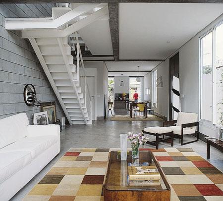 Vãos generosos e pouca divisão de ambientes lembram um loft. Na sala de est...