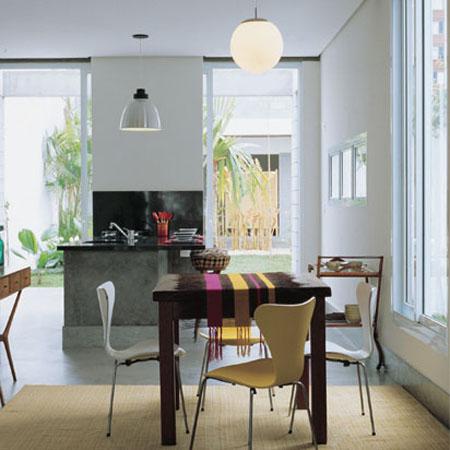 A idéia era integrar ao máximo áreas internas e externas. Em toda a casa, ...