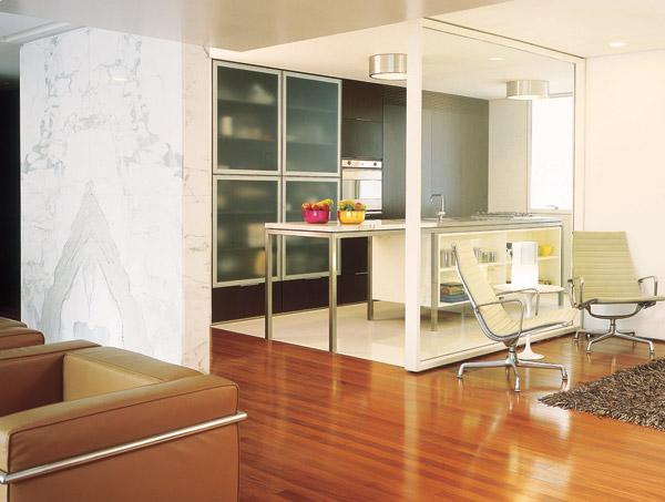A divisa entre os ambientes é restrita a uma chapa fixa de vidro temperado (...