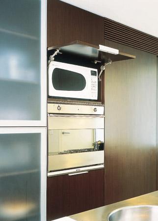 Os armários têm portas de vidro acidato (Cinex), à prova de gordura, em pe...