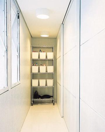 Para ficar sempre organizada, a lavanderia conta com nichos e bancadas e pode...