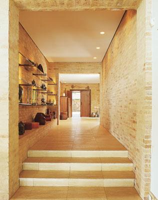 O acesso pela porta principal conduz a este corredor com piso de mármore. Na...