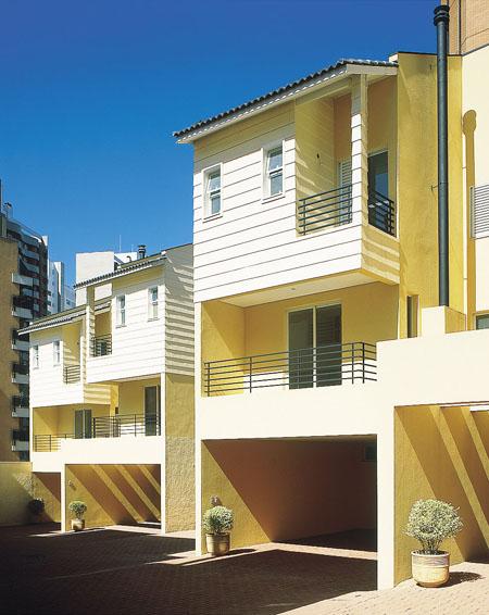 Neste condomínio em São Paulo, o arquiteto Enio Aronis adotou um sistema mi...