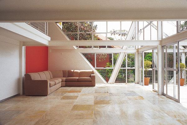 Os perfis de aço (Açominas) desta casa de 320m² em Nova Lima, MG, têm pro...
