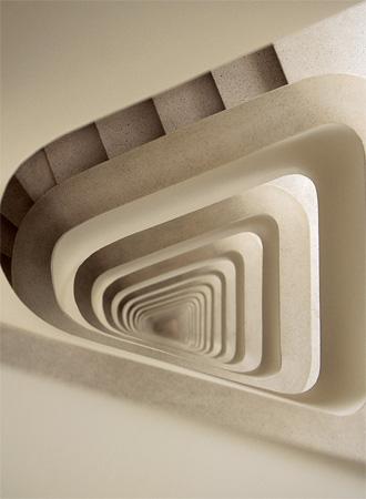 Até a escadaria de serviço tem desenho surpreendente no Edifício Cícero P...
