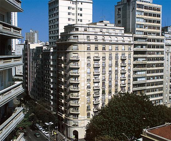 Um trabalho primoroso e caro devolveu vida à fachada do Edifício São Luiz.