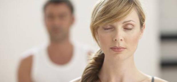 mulher-e-homem-meditando