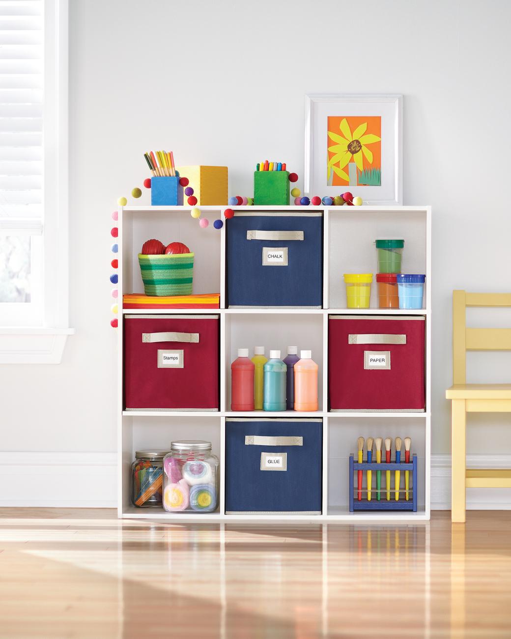 nichos-para-criancas-com-gavetas-de-tecido-etiquetadas-Martha Stewart Living