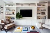 sala-branca-com-detalhes-e-livros-decorativos-architectural-digest