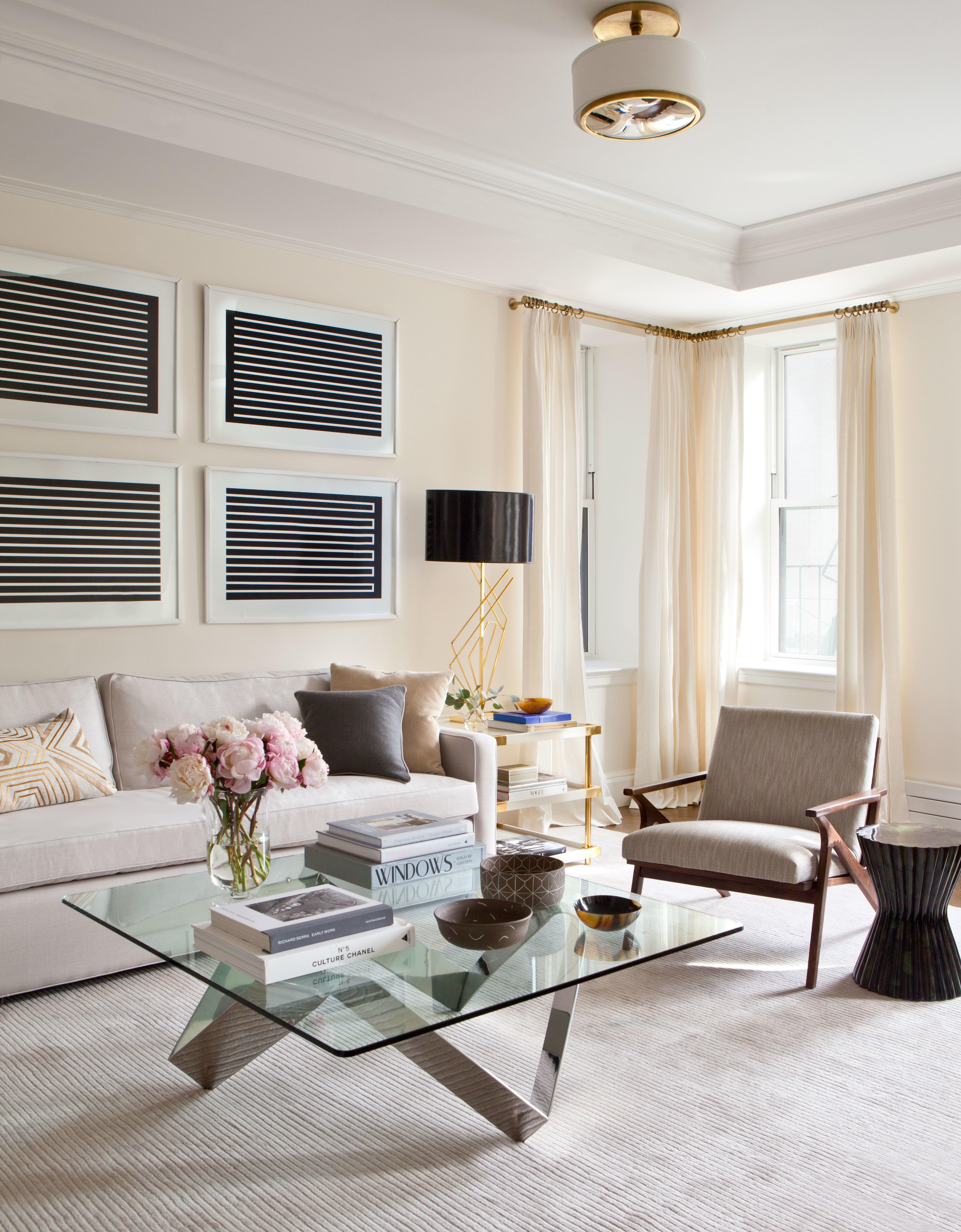 sala-elegante-e-discreta-com-quadros-geometricos-architectural-digest