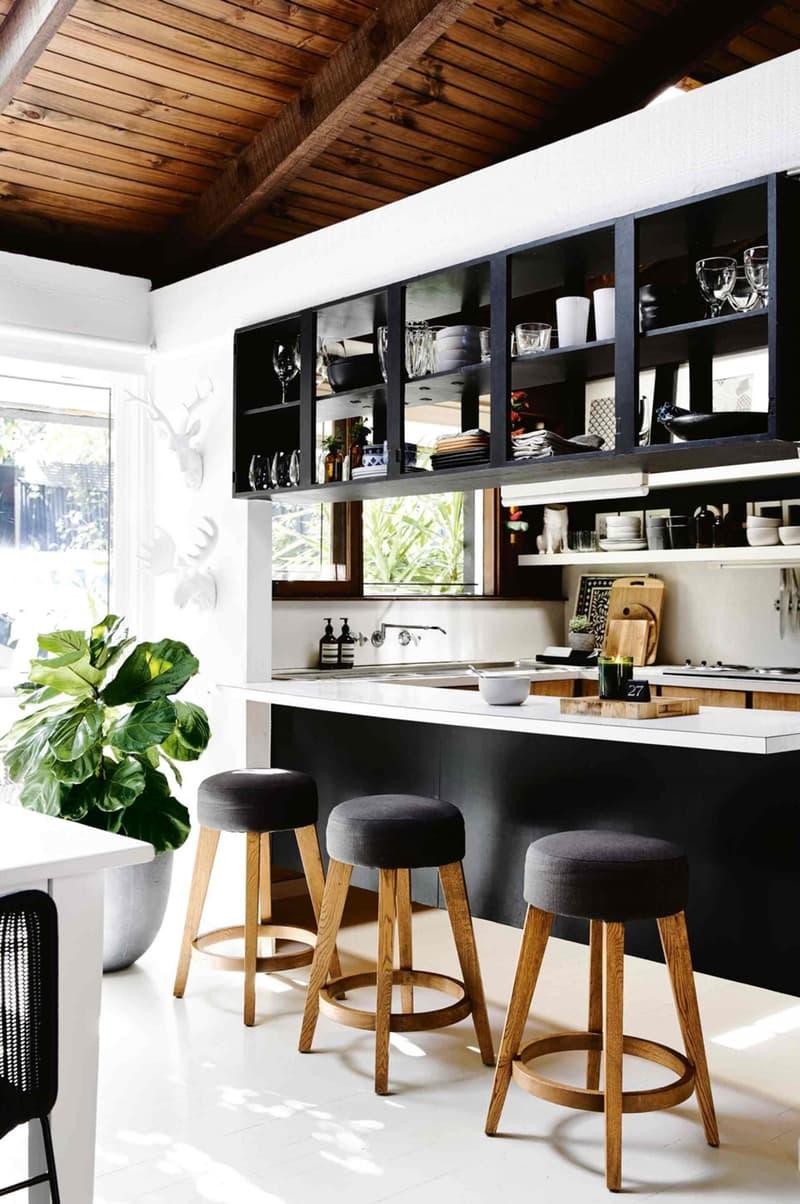 prateleiras-de-nicho-aberto-que-contemplam-ambos-os-lados-da-cozinha