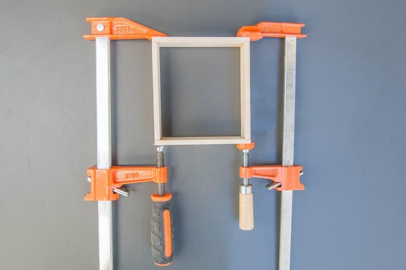 quadrado-dentro-das-bracadeiras-para-prensar-madeira-com-cola