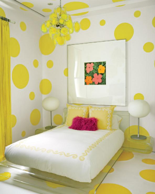 quarto-amarelo-com-poas-no-piso-e-teto