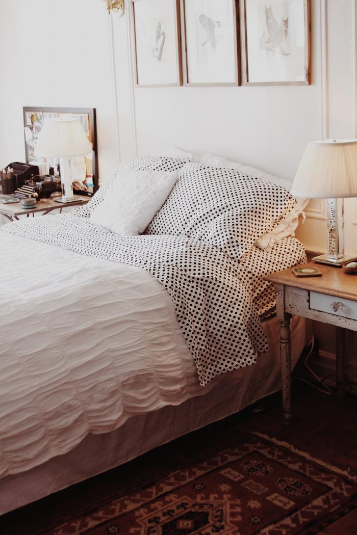 quarto-branco-simples-com-lençol-de-poas-Taylor Anne