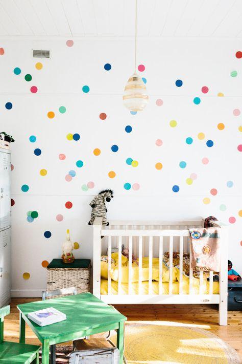 quarto-de-criança-com-poas-coloridos-Tara Pearce