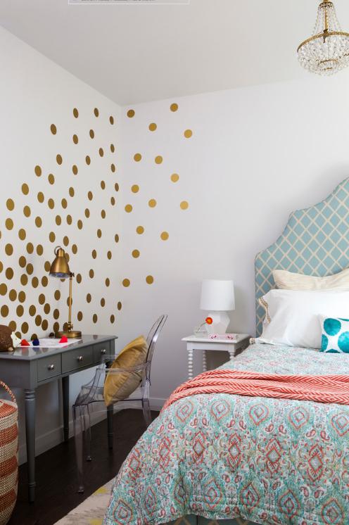 quarto-feminino-com-poas-dourados-e-travesseiro-azul-Scheer & Co