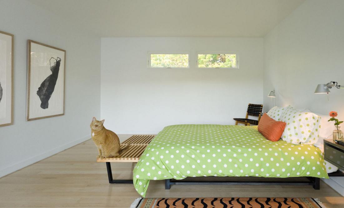 quarto-neutro-minimalista-com-roupa-de-cama-verde-e-branca-de-poas-Jim Westphalen