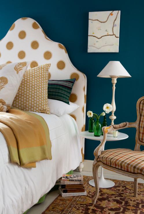 quarto-parede-azul-marinho-cabeceira-branca-poas-dourados