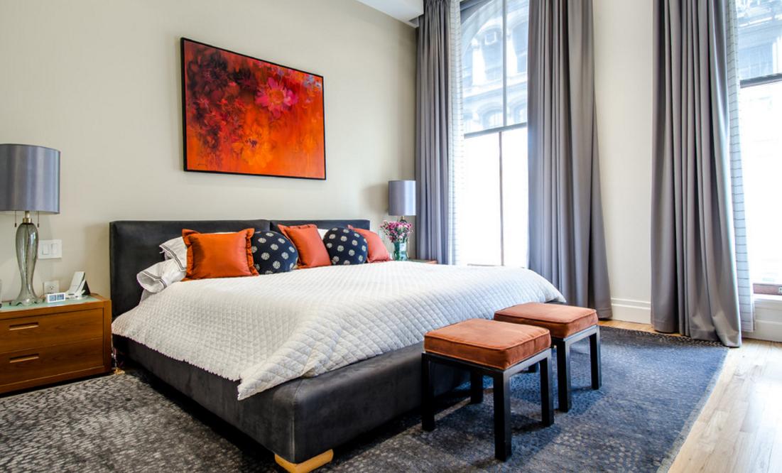 quarto-preto-branco-e-laranja-com-almofadas-redondas-de-poa-na-cama-Chastity Cortijo