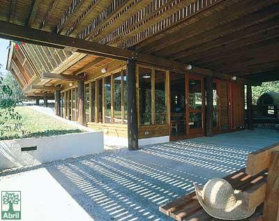 A casa leva, basicamente, três tipos de madeira: eucalipto, pínus (ambos fo...