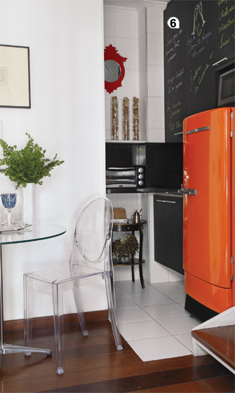 6. Manchado, o armário de laminado da cozinha recebeu tinta de lousa preta e...