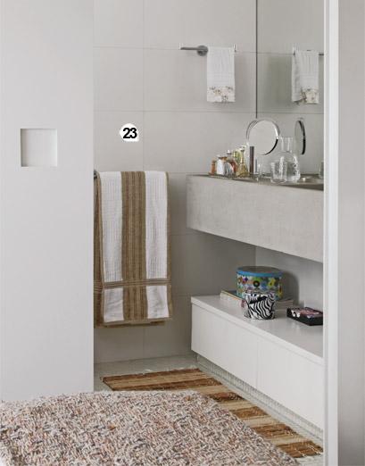 23. No banheiro, a porta de correr com puxador cavado substituiu o modelo de ...