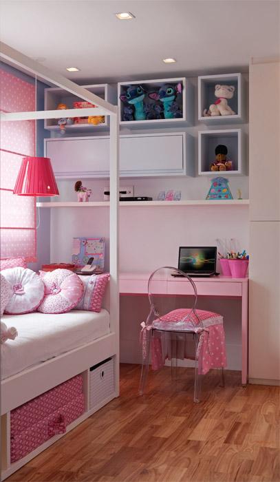 A cama com dossel reserva área para acomodar cestos e um colchão destinado ...
