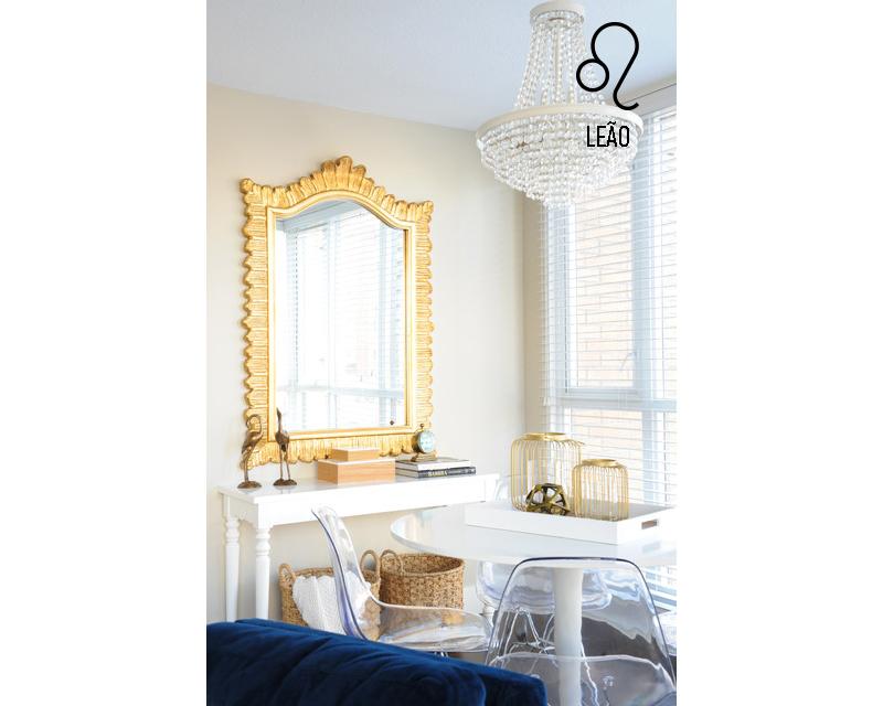 sala-de-leao-sofa-azul-cadeiras-de-acrilico-lustra-e-espelho-dourado-Karla Dreyer Design-Tracey Ayton