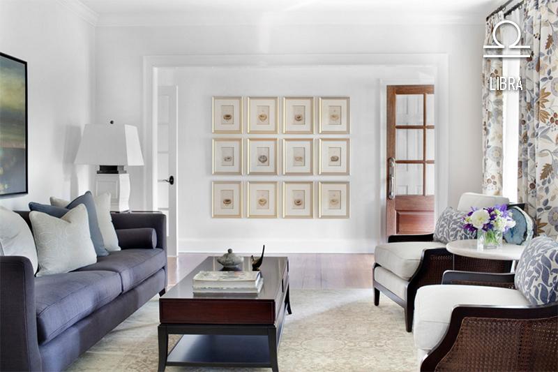 sala-de-libra-branca-e-simetrica-quadros-no-hall