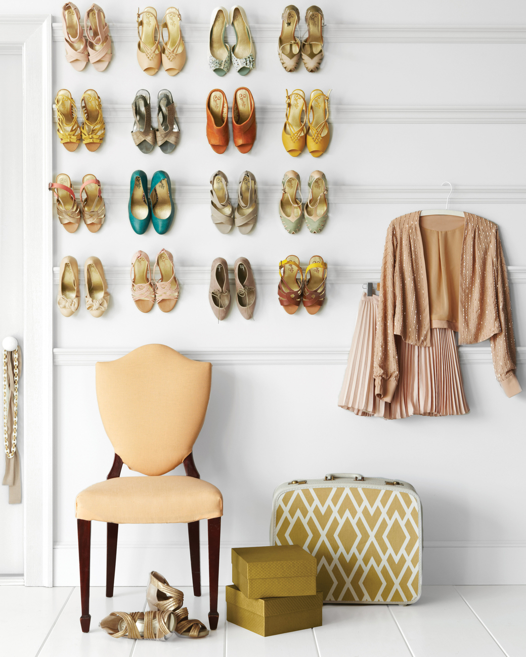 sapatos-de-salto-dispostos-em-trilhos-para-quadros-Martha Stewart Living