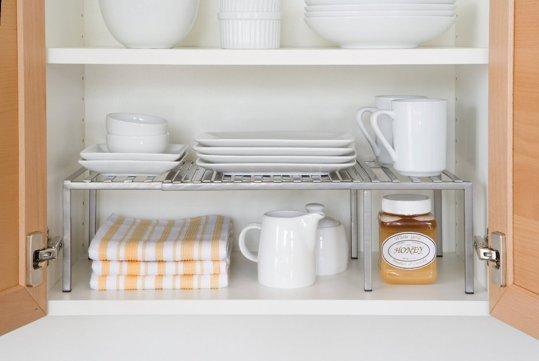 cozinha pequena planejada com prateleiras organizadoras dentro do armário