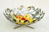 Sobrepostos, os talheres dão forma a uma fruteira