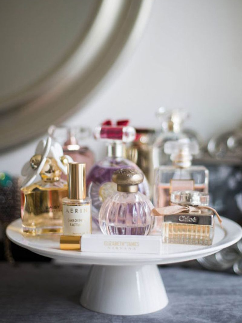 suporte-para-bolo-com-belos-vidros-de-perfume-Cosmopolitan