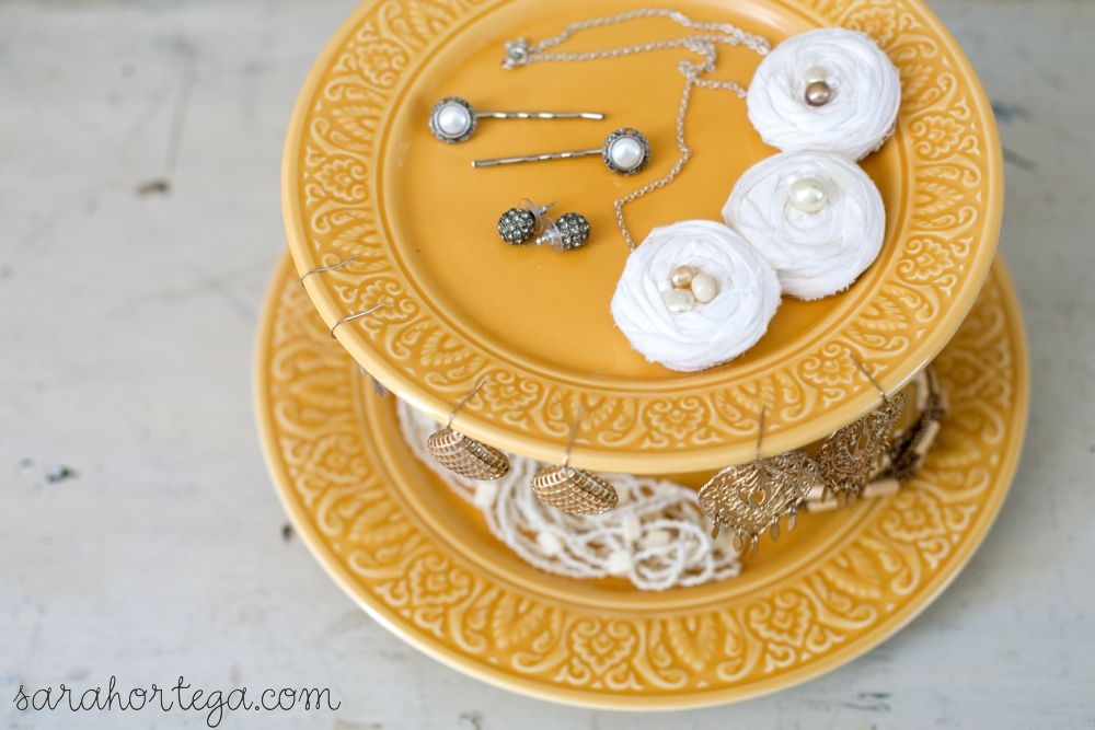 suporte-para-bolos-amarelo-decorado-com-joias-Sarah-Ortega