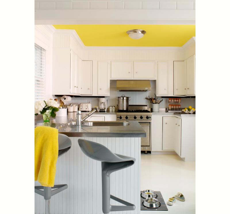 cozinha-clara-com-teto-amarelo