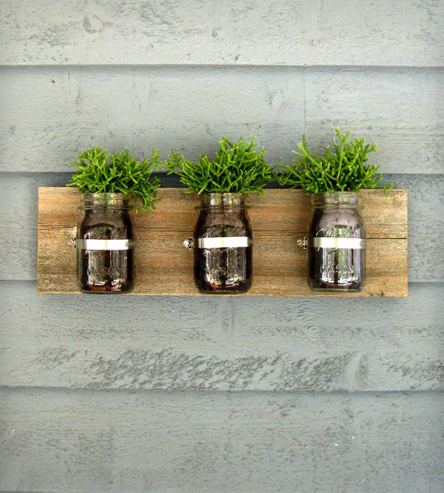 vaso-de-parede-feito-de-pote-de-geleia-na-madeira