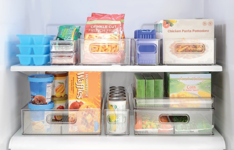 despensa de casa com alimentos dentro de caixas plásticas