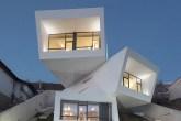 01-para-aproveitar-a-vista-casa-tem-tres-volumes-rotacionados-em-balanco