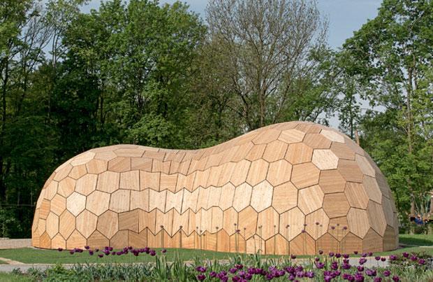 01-pavilhao-alemao-e-construido-com-pecas-de-madeira-cortadas-por-robos