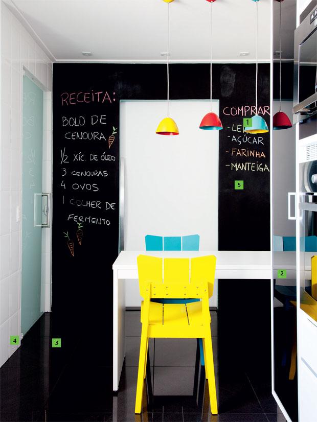 02-marina-carvalho-idealiza-cozinha-preto-e-branco-com-lustres-coloridos