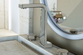 02-torneira-com-design-caprichado-poupa-agua-no-banheiro